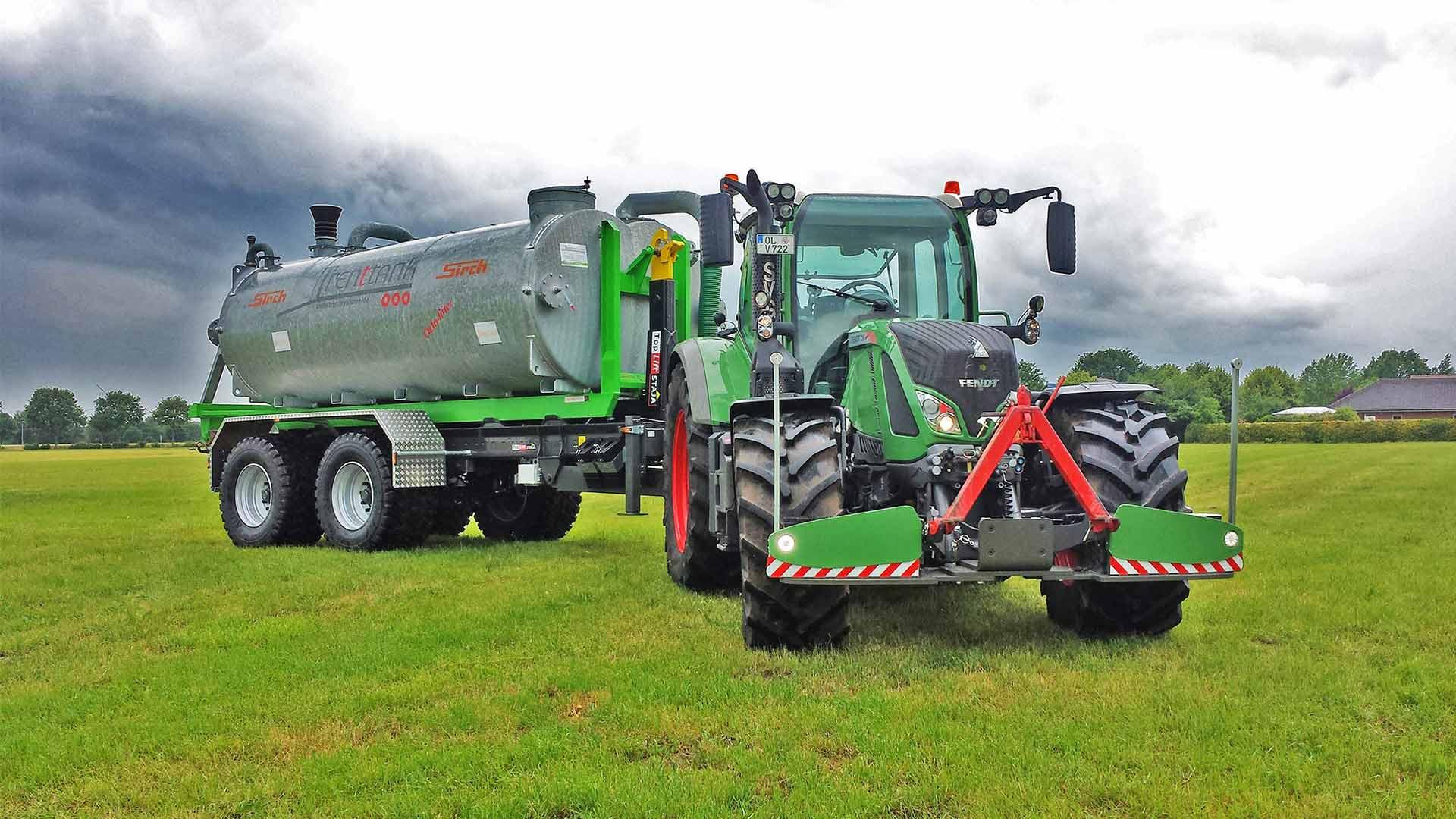 Traktor mit einem Hakenlift von Toplift Staja